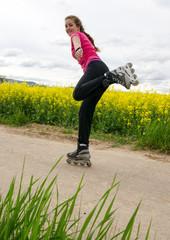 junge Frau beim Inline-skaten