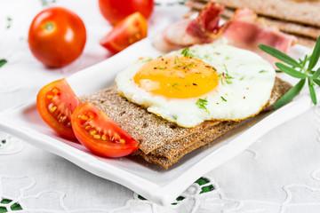Fried egg on crisp bread