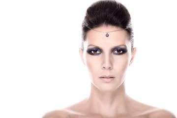 Schönes weibliches Model mit einem ernsten Blick