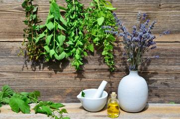 Tee Minze Kräuter Holz Hintergrund