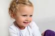 canvas print picture - lachendes kleines Mädchen mit lila Hose