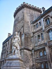 Margarita de Francia delante del Ayuntamiento de Angulema