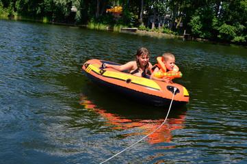kinder in einem Schlauchboot