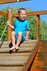 kleiner Junge auf einem Kletterturm
