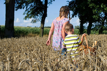 Geschwiister im Korndfeld mit Brot