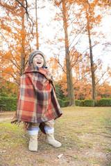 秋の風景と笑顔の子供