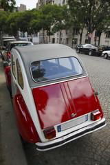 [PARIS]パリ・石畳の街並と赤いクラシックカー