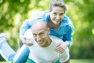 reife Frau beim Training mit Personaltrainer
