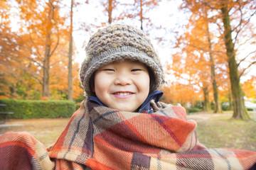 紅葉と笑顔の子供