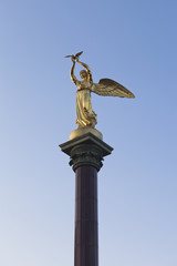 Скульптура Добрый ангел мира в лучах заходящего солнца