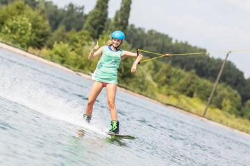 Frau beim Wassersport zeigt Daumen hoch