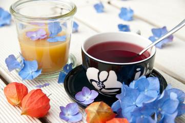 Teetasse mit Blüten und Honig