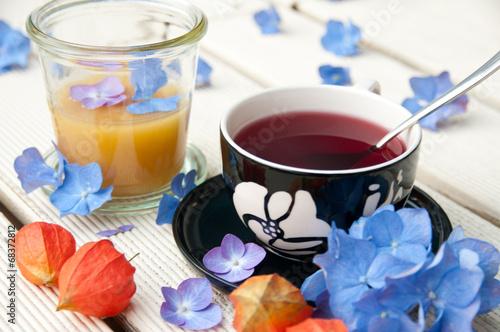 canvas print picture Teetasse mit Blüten und Honig