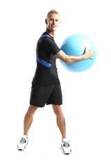 Rehabilitacja , mężczyzna ćwiczy na piłce