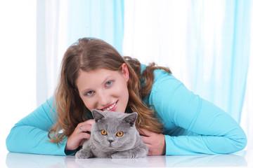 Junge Frau mit britisch Kurzhaar Katze