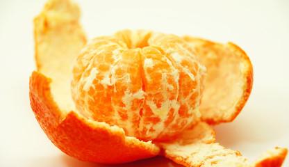 Mandarina sobre su piel