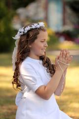 Radosna dziewczynka modli się.