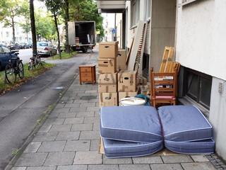 Umzugs Kartons und LKW auf Straße