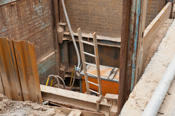 Eine Vakuum-Pumpe mit Schläuchen zwischen Verbauplatten