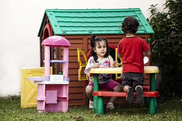bimbi che giocano all'aperto