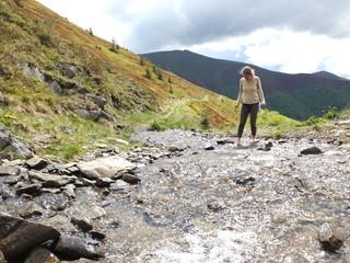 Босиком по ледяной воде горного ручья