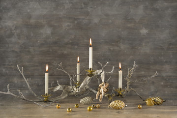 Weihnachten: Advent - vier brennende Kerzen als Deko mit Holz