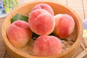 白桃を冷やす