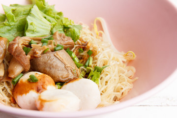 Dry noodles with steamed pork