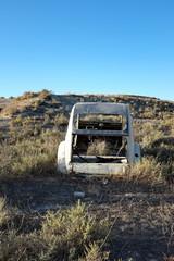 carcasse de voiture abandonnée