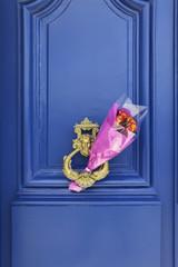 [PARIS]パリ、ドアの前にバラの花[イメージ]808
