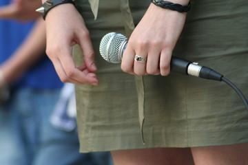 Chanteuse soliste tenant son micro