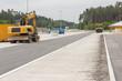 Neu gebaute Parkplätze an der Autobahn - 68412205