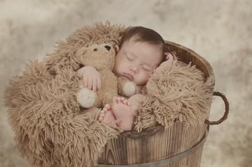 Newborn schläft in der Wanne