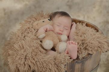 Lächelndes Baby mit Teddy