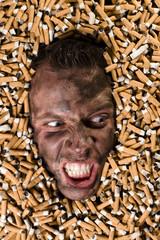 Wütender Mann begraben unter Zigaretten