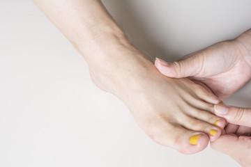 マッサージを受ける足