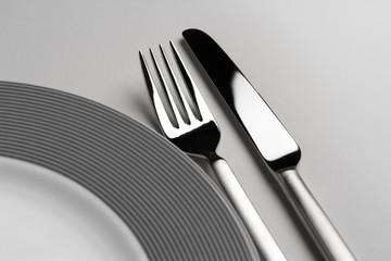 Geschirr mit Teller, Messer und Gabel