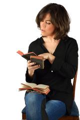 giovane donna che legge assorta