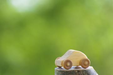 木製の車のおもちゃ