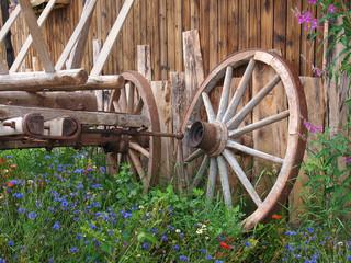 Altes Wagenrad in idyllischem Garten