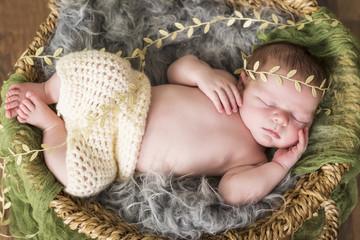 Newborn Kleiner Bub in einem Korb