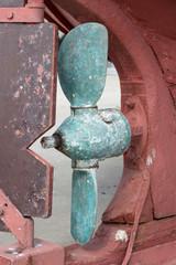Detail eines alten Schiffsrumpfes/ Propeller