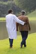 Patient en réeducation a la marche avec infirmier