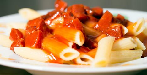 Nudelgericht mit Tomatensoße und Wurst