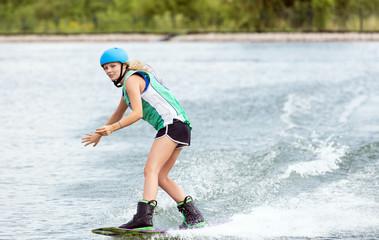 Schöne Frau mit Schwung beim Wassersport