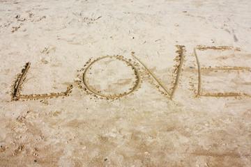 """Надпись на белом песке """"любовь"""""""