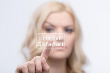 Junge Frau möchte Sicherheit im Internet