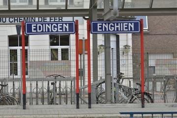 Double enseigne de gare