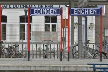 Double enseigne à la gare d'Enghien