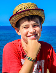 Bambino con cappello giallo che sorride